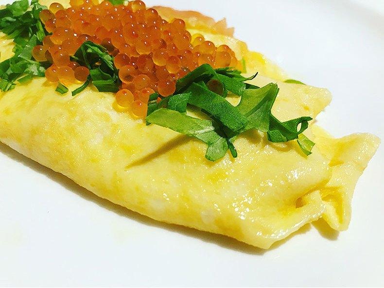 Tortilla francesa con rúcula y con huevas de salmón. @chefkoketo