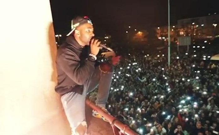 Very Cool! Jason Derulo Performs On Balcony For Fans After Prague Gig Is Cancelled 2