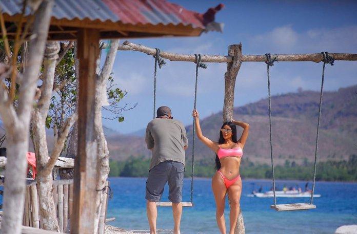 Style Stalking: Kim Kardashian Flaunts Her Underboob In Pink Bikini As She Poses On A Yacht 1