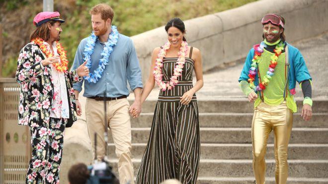 Fluro Friday! Prince Harry And Meghan Markle Go Barefoot On Bondi Beach 1