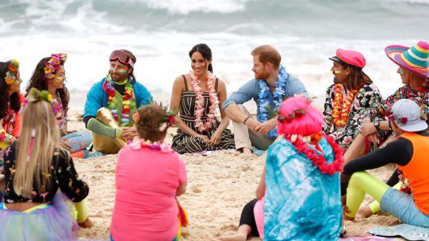 Fluro Friday! Prince Harry And Meghan Markle Go Barefoot On Bondi Beach 3