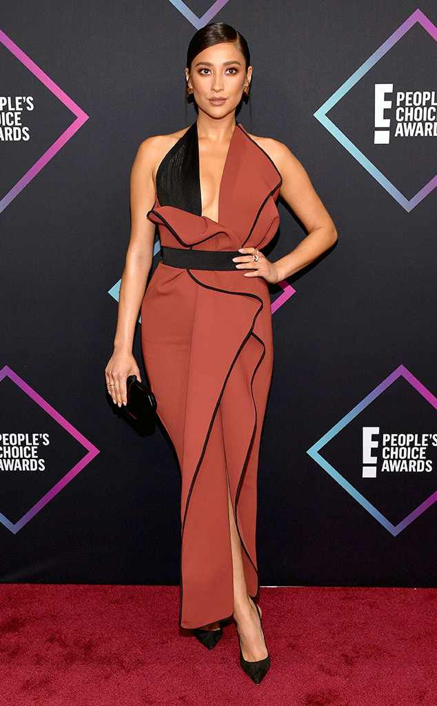 Pretty Little Liars Actress, Shay Mitchell Is All Shades Of Gorgeous At The People's Choice Awards 2