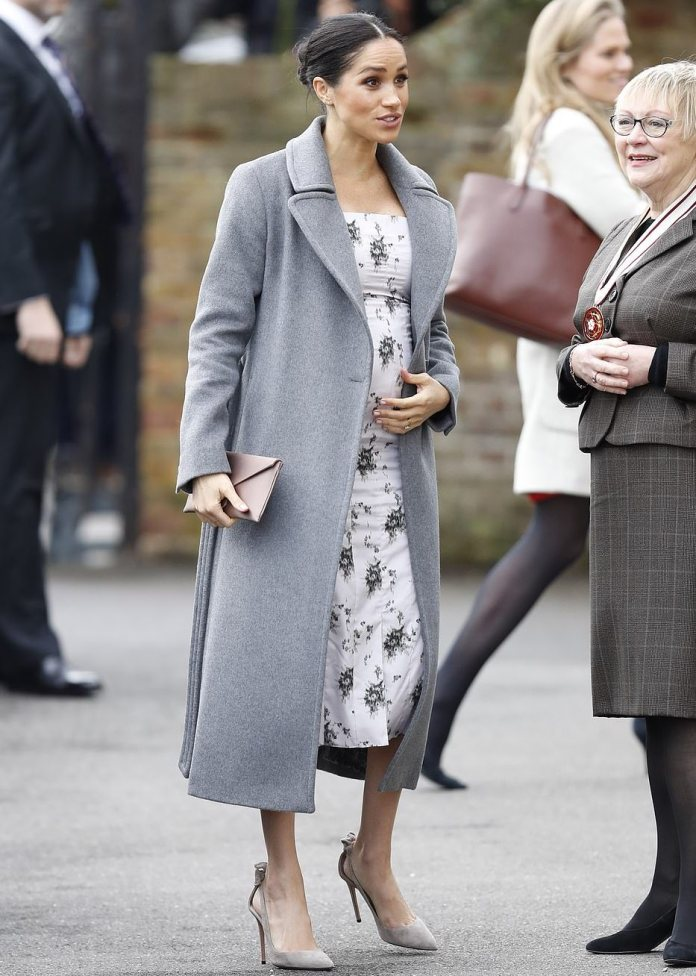 Style Stalking: Meghan Markle Is Elegantly Graceful  In Print Dress 5