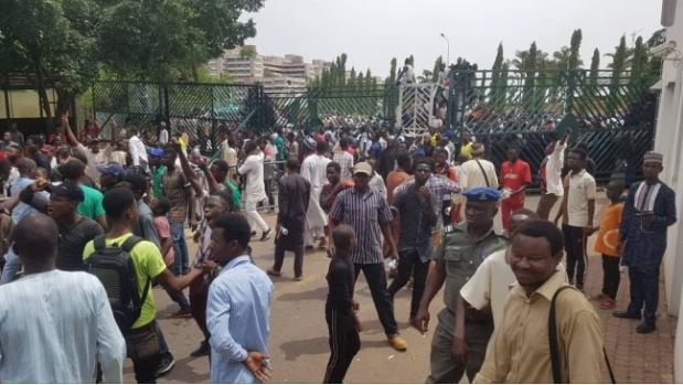 El-Zakzaky: Shi'ites Members Storm National Assembly...Forces House Of Reps To Adjourn 1