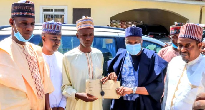 Man Who Trekked For Buhari's Finally Gets Help, A Car And N2m