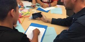 A Summer MathLabs teacher leader assists students in the classroom. (Photo by Adan Contreras/Kokopelli)