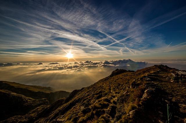光る太陽と山の画像