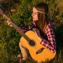 ギターを持つ女性