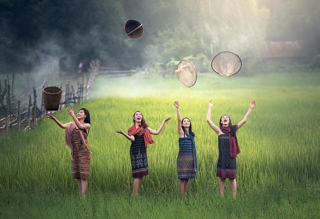 4人の元気な女性の画像