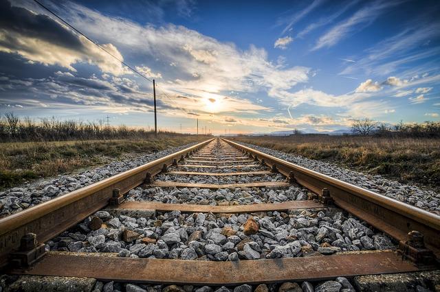 地平線にむかっていく線路ときれいな空の画像