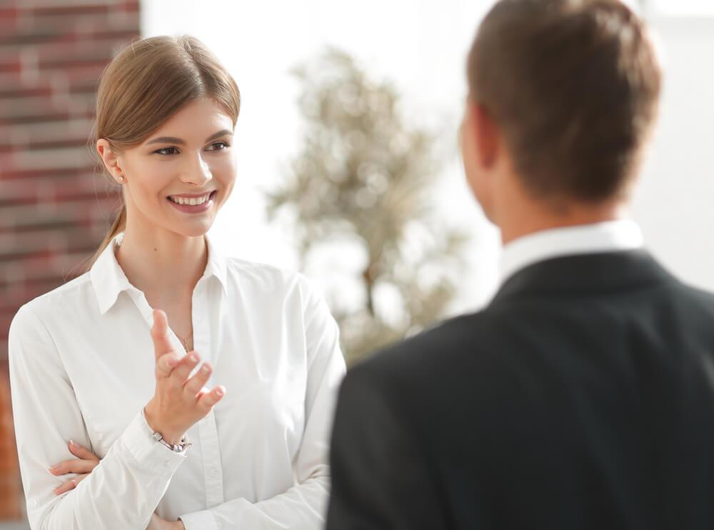 国際結婚相談所で、外国人を下に見る男性結婚相談員と話す女性会員