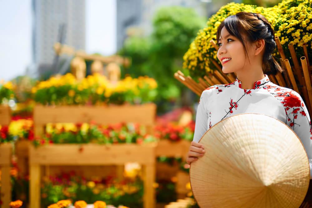 アオザイを着て微笑むベトナム人女性