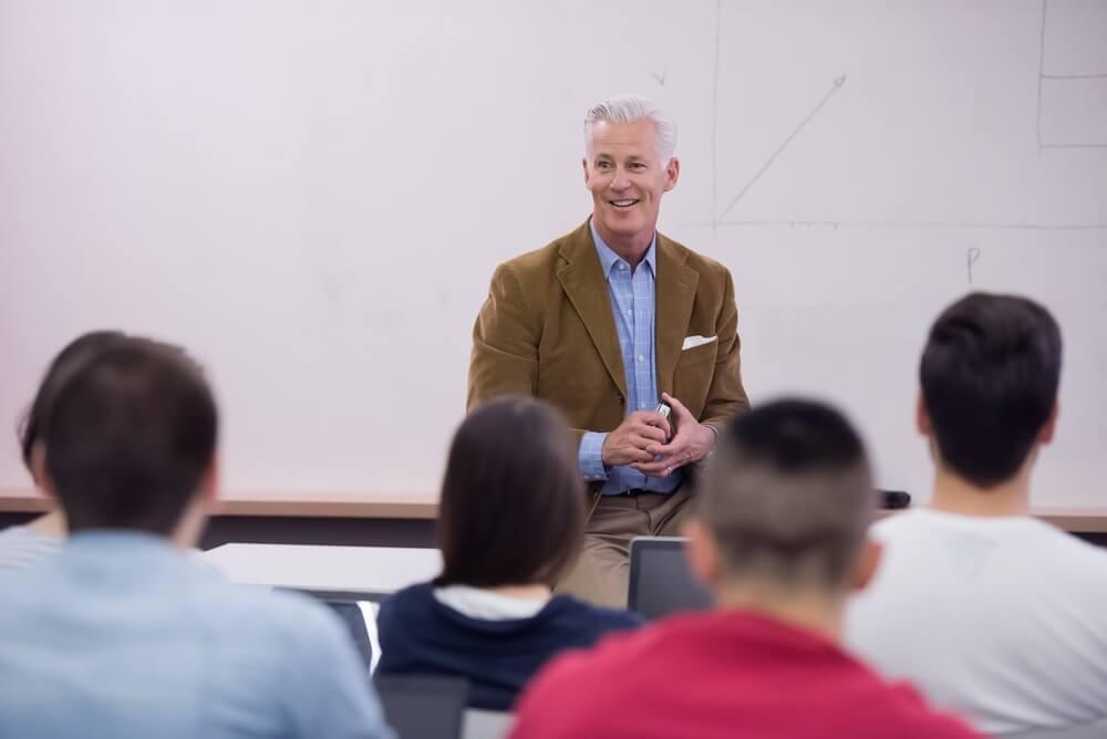 大勢の生徒の前で講演する大学教授