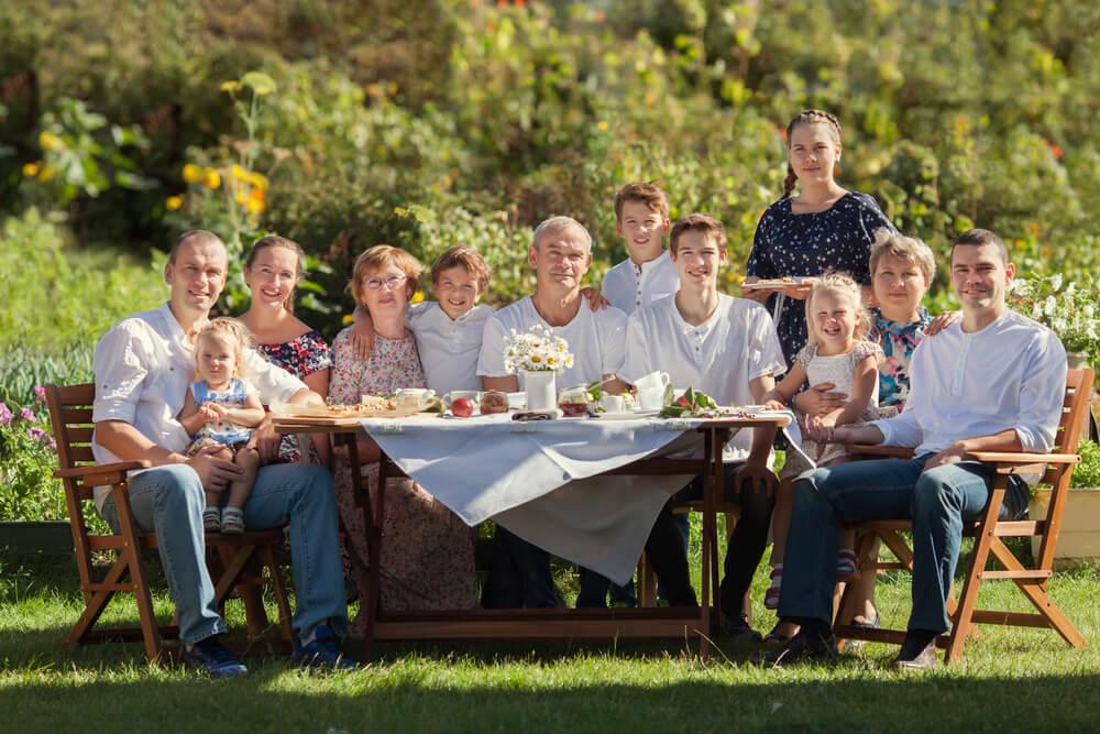 親族を大切にしない人は、国際結婚しても離婚しやすいね、と親族一同が集まって記念写真