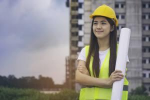 作業現場で一生懸命に働くアジア人女性