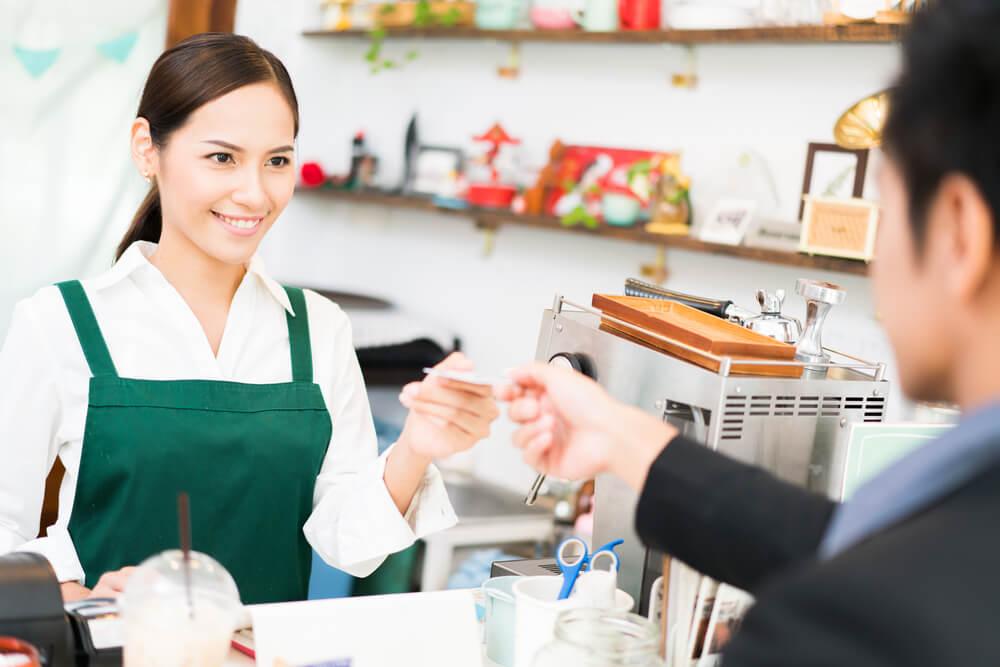 アルバイトをしているアジア女性