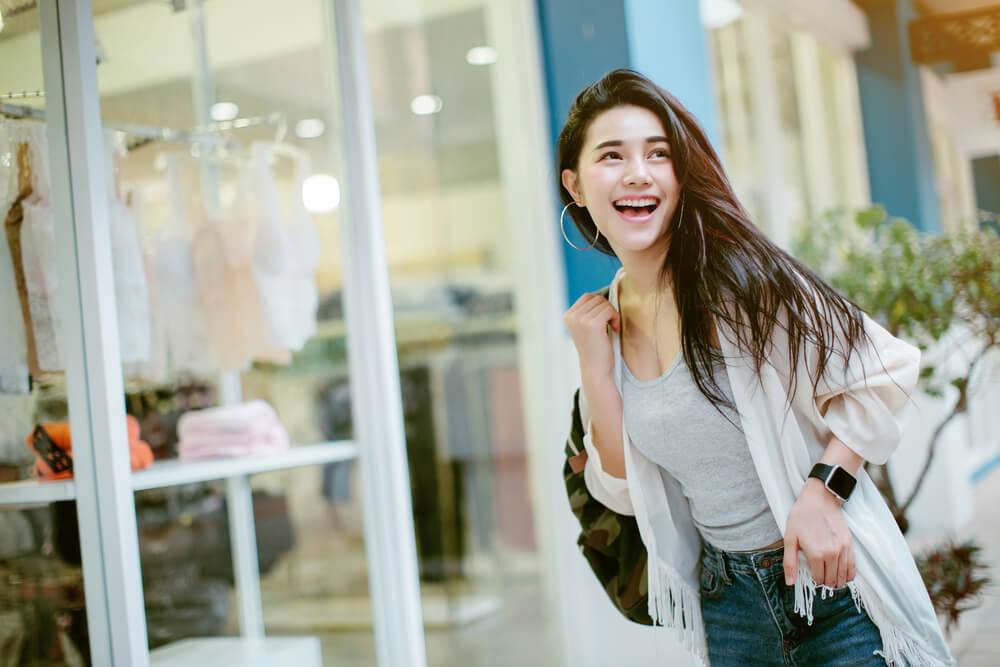 ショッピングで豪遊するアジア人女性