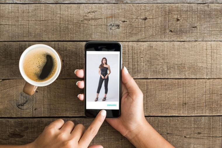 スマホに映る女性の全身プロフィール写真