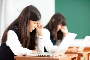 他の人と同じことを強要され、ストレスが溜まっているが、そのストレスの理由が分からない日本人学生