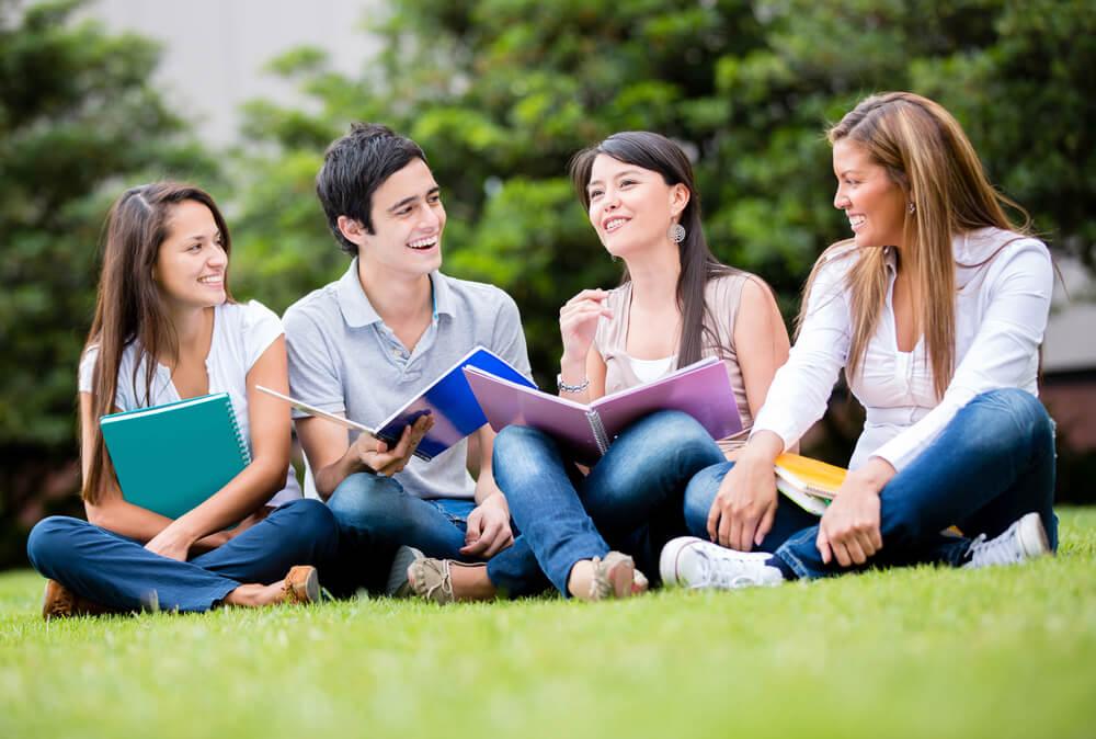違法就労はダメだね、とキャンパスで話し合う留学生4人組