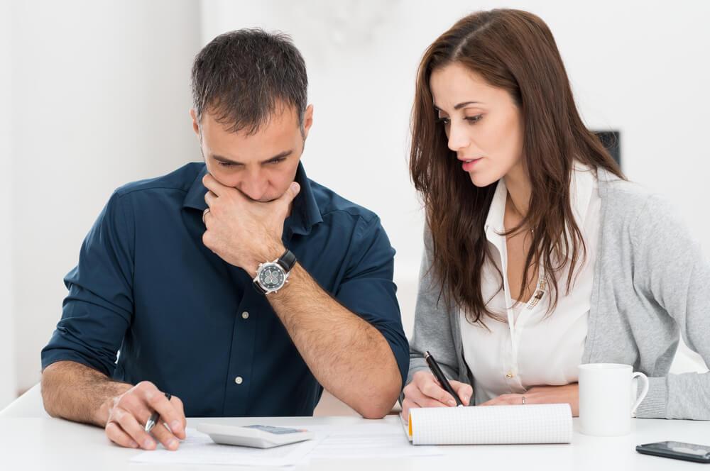 住民票への通称名登録手続きを頑張る外国人夫婦