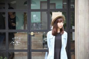国際結婚に反対された男とお見合いするために、喫茶店の前で待っている日本人女性