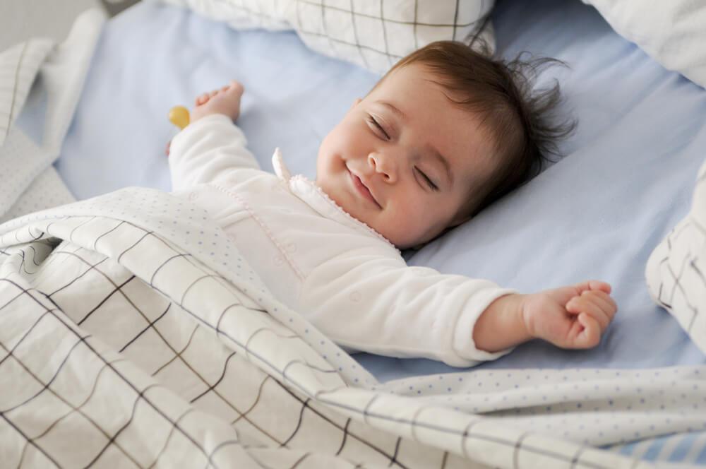 笑顔で眠っている赤ちゃん
