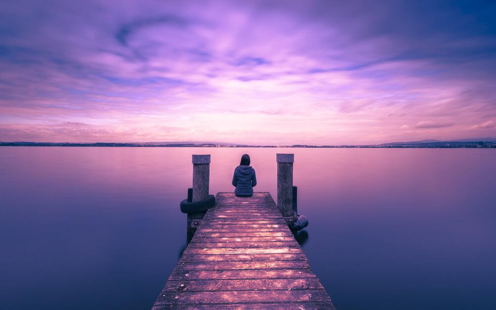 幻想的な湖のほとりでたたずむ日本人女性。私がいきなり国際結婚した理由