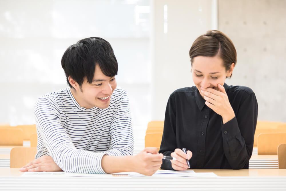 日本の戸籍と夫婦の名字について勉強する国際結婚をしようとするカップル