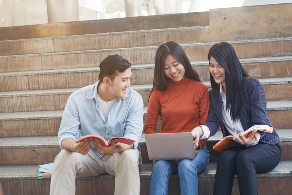 日本人との国際結婚をすれば、配偶者ビザがもらえて、将来的に永住ビザに切り替えできる!と話している留学生たち