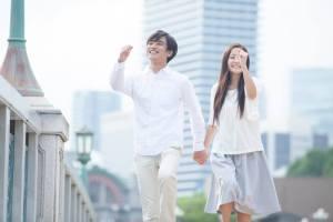 二人でスキップしながら日本の役所に向かうカップル