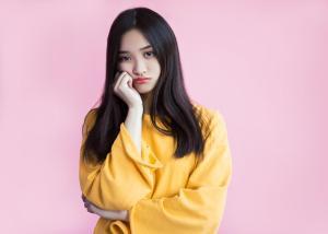 跛行婚って何だろう?と首をかしげるアジア人女性