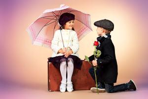 オシャレをした少年が、マダム風の装いの少女にプロポーズ