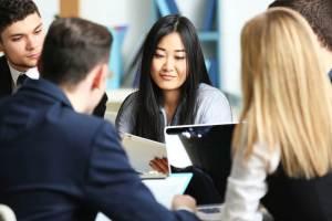外国人留学生の就職が増えれば、国際結婚の減少はストップし、増加に転じる。国際色豊かな職場風景