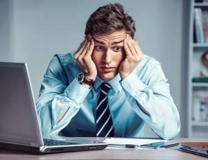 国際結婚の離婚率は70%という情報がPCに表示されたのを見て悩む男性