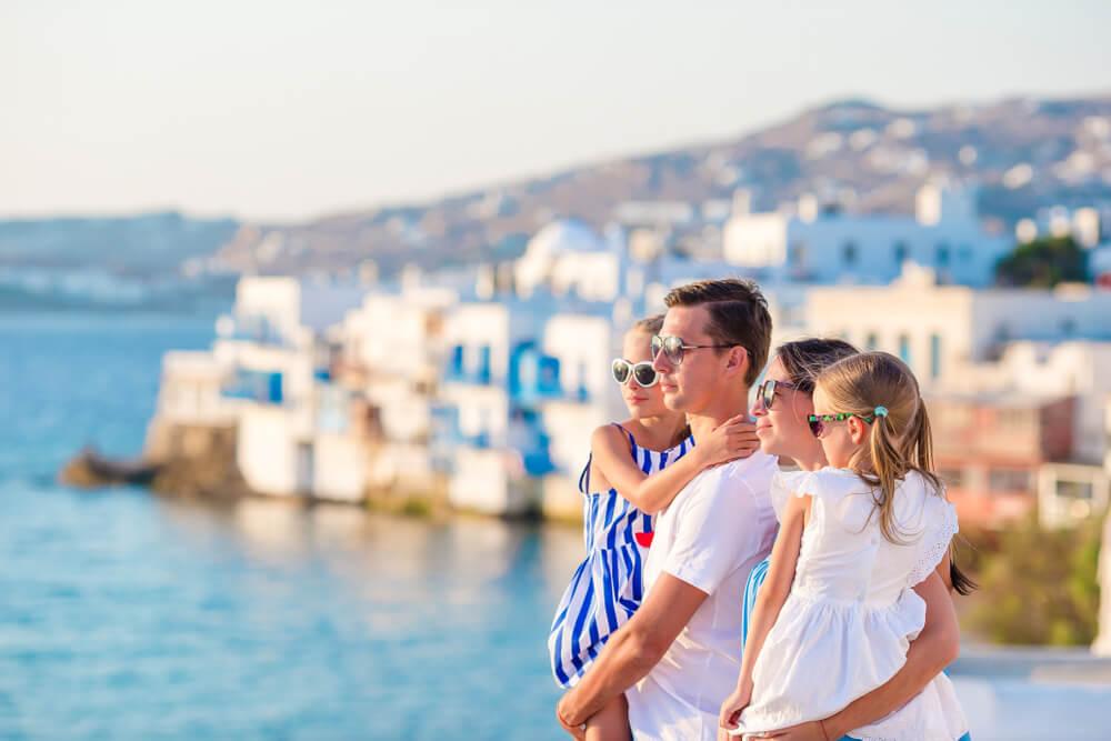 英語をマスターした結果、海外移住をができた一家。夕日の中、美しい街を眺める家族