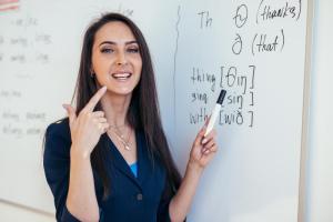 発音の仕方をレクチャーする女性講師