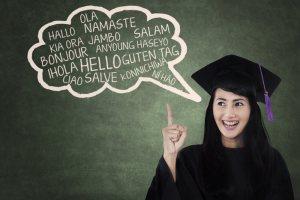 頭の中に世界中の挨拶表現が入っている女性のイメージ図