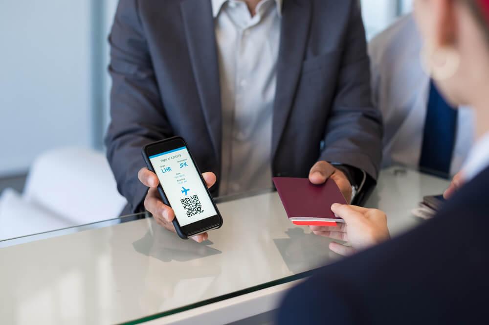 ボーディングチケットとパスポートを提示している