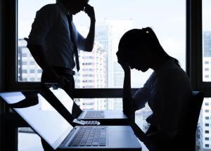 求人を出しても人が応募してこず、落ち込む経営者夫婦