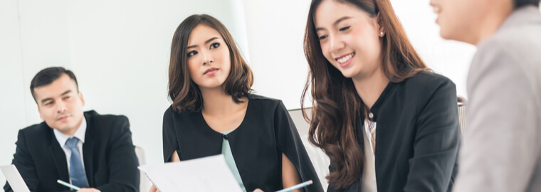女性の経済的自立にともない、国際結婚する日本人女性の数と比率が増えた