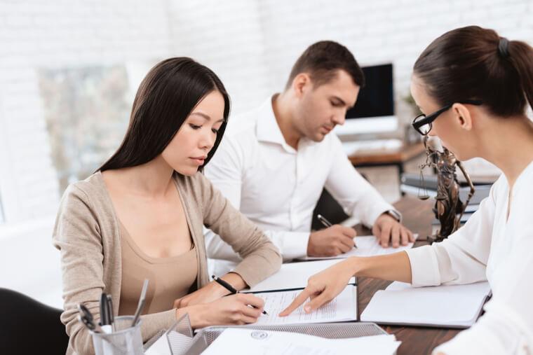 永住者の配偶者等についても、日本人の配偶者等と同様、離婚等の場合には在留資格の変更が必要になる