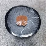 31×30×15cm 黒大理石、レッドトラバーチン、金箔