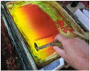練板で赤・黄のグラデーションをつくり別のインク付け画用紙にルーラーリングする。