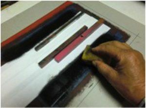中央部分に伏せ紙を置きスポンジに黒インクを付けてタンポリングし中央部との差を表現する。