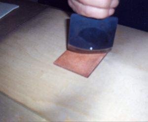 1銅板にメゾチントの下地を制作ー ベルソーを左右に揺らして縦横斜めと計4方向に細かな点の密集面を作る。 (線の場合は後記参考を)