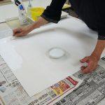 さらにヘラで盛り上げるようにして塗る。スタンピングをしてデコボコを作る。