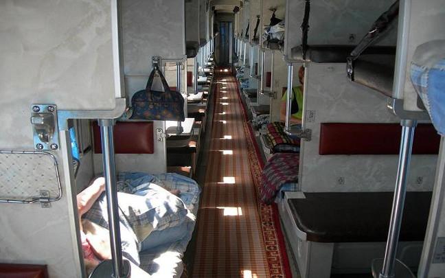 Otwarty wagon 3 klasy z podziałem na boksy