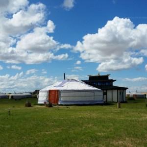 Ger camp na obrzeżach pustyni w Mongolii