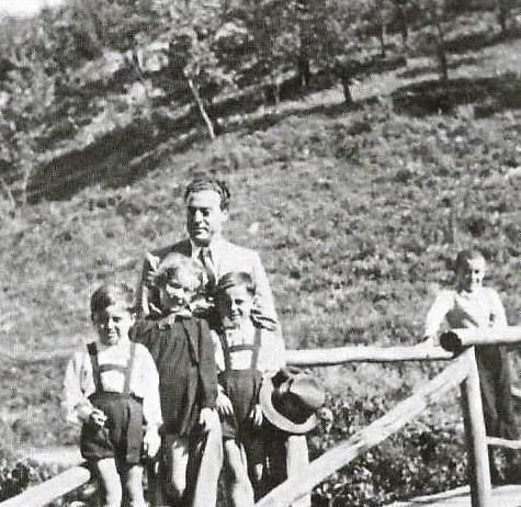 Oskar Gruden sa decom Dušanom, Majom i Aleksandrom na mostu na jazu prema Dragovoj vodenici